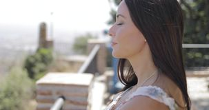 Zufriedene Frau, die Ansicht der Stadt genie?t stock video