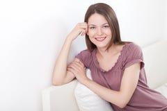 Zufriedene junge Frau Lizenzfreie Stockbilder