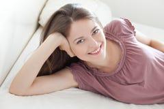 Zufriedene junge Frau Stockbild