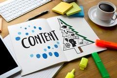 zufriedene Marketing Inhalts-Daten-informieren sich Blogging Medien-Veröffentlichung Stockbild