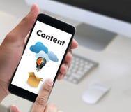 zufriedene Marketing Inhalts-Daten-informieren sich Blogging Medien-Veröffentlichung Lizenzfreie Stockfotografie