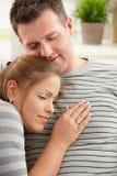 Zufriedene Paare auf Sofa Lizenzfreies Stockfoto