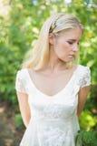 Zufriedene schöne blonde Braut Lizenzfreie Stockfotos