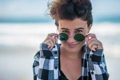 Zufriedener Jugendlicher mit modernem Haarschnitt Lizenzfreies Stockfoto