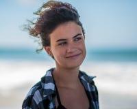 Zufriedener Jugendlicher mit modernem Haarschnitt Lizenzfreies Stockbild