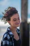 Zufriedener Jugendlicher mit modernem Haarschnitt Stockfotografie