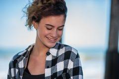 Zufriedener Jugendlicher mit modernem Haarschnitt Stockfotos