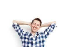 Zufriedener Mann, der auf Weiß aufwirft Lizenzfreie Stockbilder