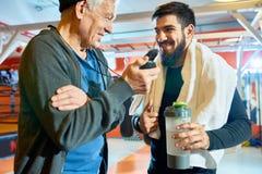 Zufriedener Mann mit älterem Trainer stockfoto