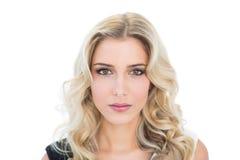 Zufriedenes blondes Modell, das Kamera betrachtet Stockbild