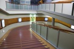 Zugängliches Treppenhaus des Handikaps im Museum lizenzfreie stockfotos