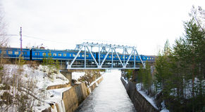 Zug über dem Fluss Stockbilder