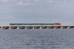 Zug über einem See Lizenzfreie Stockfotos