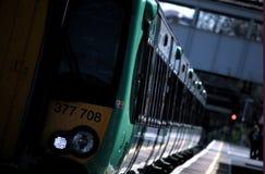 Zug-Abreisekensington-Bahnhof Stockfotografie