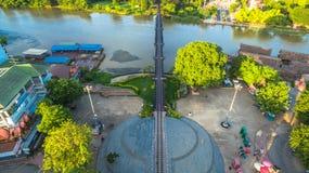 Zug acrossing Fluss Kwai-Brücke Stockbilder