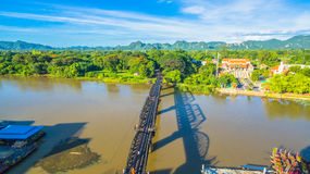 Zug acrossing Fluss Kwai-Brücke Lizenzfreies Stockbild