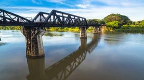 Zug acrossing Fluss Kwai-Brücke Lizenzfreie Stockfotografie
