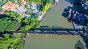 Zug acrossing Fluss Kwai-Brücke Lizenzfreie Stockfotos