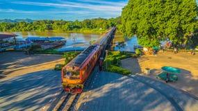 Zug acrossing Fluss Kwai-Brücke Stockfotografie