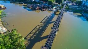 Zug acrossing Fluss Kwai-Brücke Stockfotos