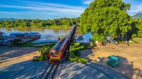 Zug acrossing Fluss Kwai-Brücke Lizenzfreie Stockbilder