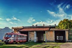 Zug am alten Depot im Freien Stockfoto