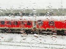 Zug außerhalb des Fensters nachher Stockbild