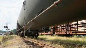 Zug auf Bahnen vom niedrigen Winkel Lizenzfreies Stockfoto