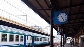 Zug auf Bahnhof in Modena-Stadt Stockbild