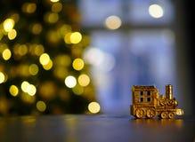 Zug auf dem Hintergrund von Weihnachtslichtern stockfotografie
