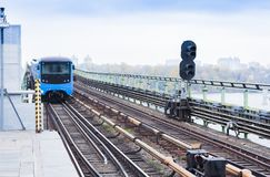 Zug auf der Metro-U-Bahnbrücke über dem Fluss Dnieper in Kiew, Ukraine stockbild