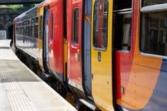 Zug auf Plattform an der Station Stockfotografie