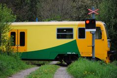 Zug auf Zugüberfahrt Stockfotografie