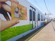 Zug an Bahnhof Bekasi stockfoto