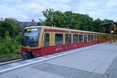 Zug Berlins S1 gestoppt bei Zehlendorf stockfotografie