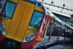 Zug an Clapham-Kreuzung Stockbild