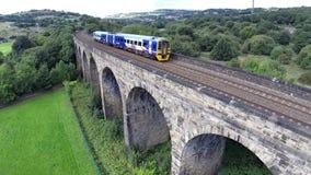 Zug, der über einen Viadukt reist stock video
