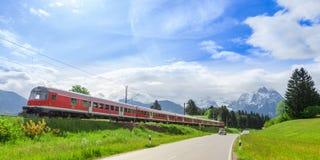 Zug in der alpinen Landschaft stockfotos