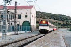 Zug, der alte Bahnhofsplattform in Landschaft einträgt Stockbilder
