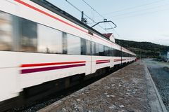Zug, der alte Bahnhofsplattform in Landschaft einträgt Stockfoto