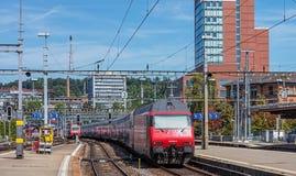 Zug, der dem Winterthur hauptsächlichbahnhof verlässt Stockfoto