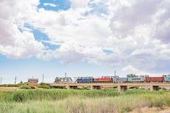 Zug, der den Riet-Fluss bei Modderrivier kreuzt Lizenzfreie Stockbilder
