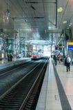 Zug, der in der Station ankommt Lizenzfreie Stockfotografie