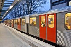 Zug, der an der Station wartet Lizenzfreie Stockfotografie