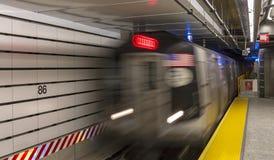 Zug, der in der 86. Straße ankommt Lizenzfreie Stockfotos