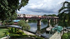 Zug, der die Brücke des Todes kreuzt stockfoto