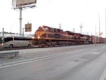 Zug, der die Stadt kreuzt Stockfotografie