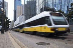 Zug, der durch eine Stadt beschleunigt Lizenzfreies Stockfoto