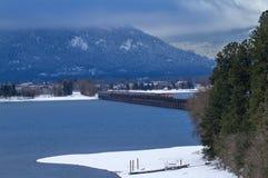 Zug, der eine Brücke im Winter kreuzt stockfotos