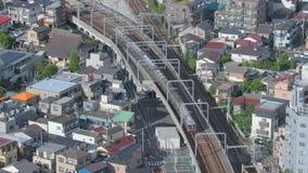 Zug, der in eine Stadt sich bewegt stock footage